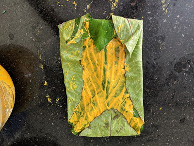 fold all the corners of the leaves. It will stick due to the besan batter